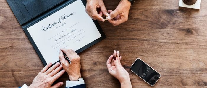 brekaup-marriage-couple-with-divorce-certification-PRQQ6AR (1)
